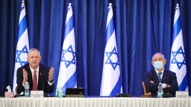 رئيس الوزراء بنيامين نتنياهو، من اليمين، ووزير الدفاع بيني غانتس خلال الجلسة الأسبوعية للحكومة في القدس، 21 يونيو، 2020.  (Marc Israel Sellem/POOL)