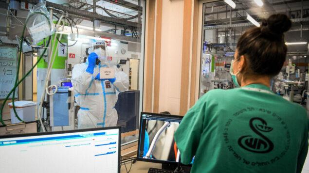 طاقم مركز شيبا الطبي في مدينة رمات غان داخل قسم فيروس كورونا، 30 يونيو 2020. (Yossi Zeliger/Flash90)