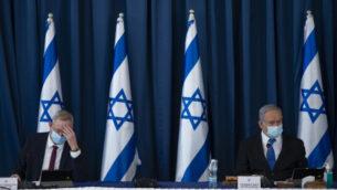 رئيس الوزراء بنيامين نتنياهو (يمين) ووزير الدفاع بيني غانتس في الاجتماع الأسبوعي للحكومة، في وزارة الخارجية في القدس، 5 يوليو 2020. (Amit Shabi / POOL)