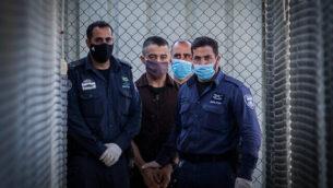وصول سحبان الطيطي  إلى قاعة المحكمة لحضور جلسة النطق بحكمه في محكمة عوفر العسكرية قرب مدينة رام الله بالضفة الغربية، 6 يوليو، 2020. (Flash90)