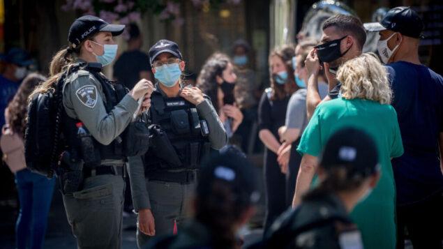 ضباط شرطة الحدود يتحققون من الالتزام بلوائح الطوارئ في القدس، 6 يوليو 2020 (Yonatan Sindel / Flash90)