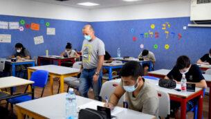 صورة توضيحية: طلاب مدرسة يهود الثانوية الشاملة خلال امتحان شهادة الثانوية للرياضيات في يهود، 8 يوليو 2020. (Yossi Zeliger / Flash90)