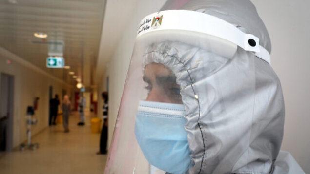 عامل طبي في مستشفى دورا في مدينة دورا القريبة من الخليل بالضفة الغربية، 9 يوليو، 2020. (Wisam Hashlamoun/FLASH90)