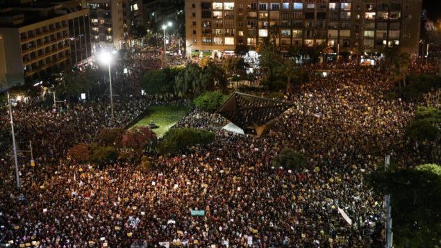 إسرائيليون يجتجون في ميدان رابين في تل أبيب على السياسات الاقتصادية للحكومة خلال جائحة فيروس كورونا، 11 يوليو 2020. (Miriam Alster / Flash90)