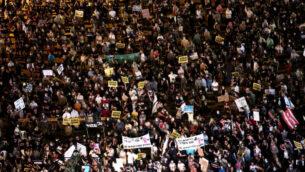 متظاهرون يطالبون الحكومة باتخاذ إجراءات، خلال مظاهرة في ساحة رابين في تل أبيب ضد السياسة الاقتصادية الإسرائيلية في أعقاب الأزمة الاقتصادية الناجمة عن الوباء، 11 يوليو 2020. (Miriam Alster / Flash90)