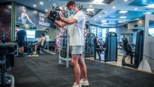 رجل يمارس الرياضة في صالة رياضية في موديعين، 14 يوليو، 2020.  (Yossi Aloni/Flash90)