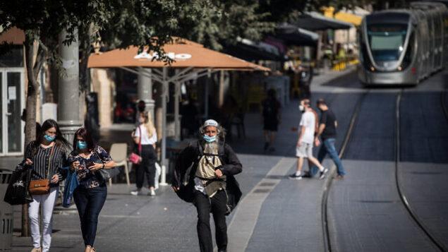 أشخاص يرتدون الكمامات في شارع 'يافا' بوسط مدينة القدس، 14 يوليو، 2020. ( Yonatan Sindel/Flash90)