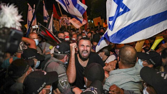اشتباكات بين عناصر في شرطة حرس الحدود الإسرائيلية ومتظاهرين ضد رئيس الوزراء بنيامين نتنياهو أمام مقر الإقامة الرسمي لرئيس الوزراء في القدس، 14 يوليو، 2020.  (Yonatan sindel/FLASH90)