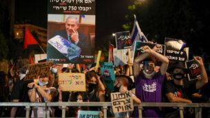 متظاهرون يتظاهرون ضد رئيس الوزراء بنيامين نتنياهو خارج مقر إقامة رئيس الوزراء في القدس، 16 يوليو 2020 (Olivier Fitoussi / Flash90)