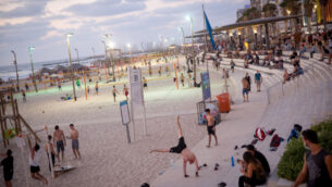 مستجمون على شاطئ بتل أبيب، 18 يوليو، 2020.(Miriam Alster/Flash90)