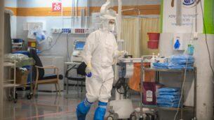 طاقم طبي في وحدة الكورونا بالمركز الطبي 'شيبا' في مدينة رمات غان، 20 يوليو، 2020. (Yossi Zeliger/Flash90)