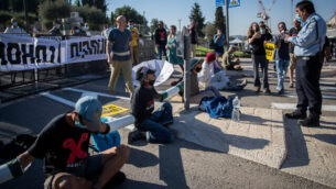 متظاهرون مناهضون للحكومة يحاولون سد المدخل إلى الكنيست في القدس، 22 يوليو، 2020. (Yonatan Sindel/Flash90)