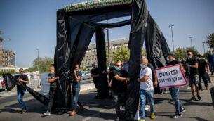 أصحاب صالات المناسبات في إسرائيل يحتجون خارج مكتب رئيس الوزراء في القدس مع عريشة زواج سوداء، 26 يوليو 2020 (Yonatan Sindel / Flash90)