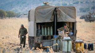 قوات إسرائيلية متمركزة بالقرب من الحدود بين إسرائيل ولبنان في هضبة الجولان، 27 يناير، 2020. (David Cohen/Flash90)