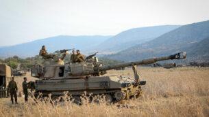قوات إسرائيلية متمركزة على الحدود بين إسرائيل ولبنان في هضبة الجولان، 27 يوليو، 2020. (David Cohen/Flash90)