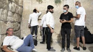 رجال يهود يصلون عند الحائط الغربي عشية 'تيشعا بآف' في البلدة القديمة بالقدس، 29 يوليو، 2020. (Olivier Fitoussi/Flash90)