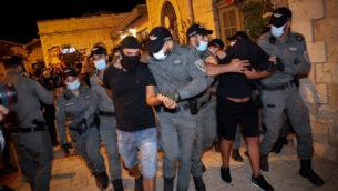 الشرطة تعتقل مشجعي كرة متعصبين من تنظيم  'لا فاميليا' في مجمع 'المحطة الأولى' في القدس، 30 يوليو، 2020.(Olivier Fitoussi/Flash90)