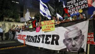 إسرائيليون يتظاهرون ضد رئيس الوزراء بنيامين نتنياهو خارج مقر إقامته الرسمي في القدس، 30 يوليو 2020. (Yonatan Sindel / Flash90)