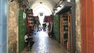 الأزقة الخالية لسوق البلدة القديمة في القدس خلال جائحة كورونا، الأحد، 19 يوليو، 2020.(Aaron Boxerman/Times of Israel)