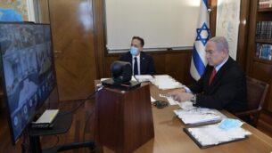رئيس الوزراء بنيامين نتنياهو في مستهل الجلسة الأسبوعية للحكومة، 19 يوليو، 2020 (GPO)