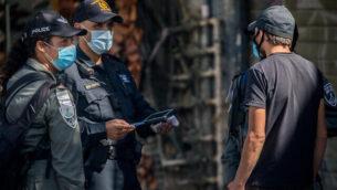 الشرطة تطبق أنظمة الطوارئ المتعلقة بفيروس كورونا في القدس، 7 يوليو، 2020. (Yonatan Sindel/Flash90)