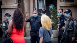 الشرطة الإسرائيلية تطبق أنظمة الطوارئ المتعلقة بفيروس كورونا في القدس، 9 يوليو، 2020. (Yonatan Sindel/Flash90)