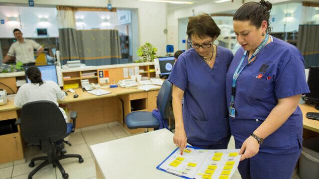 ممرضتان في مستشفى 'هداسا عين كارم' بالقدس، 19 فبراير، 2014. (Yonatan Sindel/Flash90)