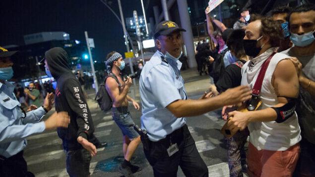 متظاهرون إسرائيليون وعناصر الشرطة في مظاهرة ضد الحكومة في تل أبيب، 28 يوليو، 2020. (Miriam Alster/Flash90)