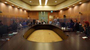 أعضاء في لجنة الدستور، القانون والعدالة التابعة للكنيست يصوتون على قانون فيروس كورونا، 22 يوليو 2020. (Knesset)