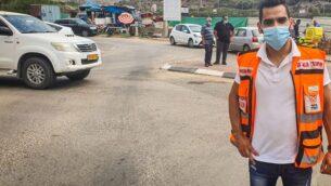 الدكتور محمد عيسى يقف بالقرب من السيارة التي عثر فيها على محمد خليل البالغ من العمر 4 سنوات (United Hatzalah)