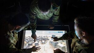 توضيحية: جندود من وحدة المخابرات العسكرية 9900، المتخصصة في الذكاء البصري، يستخدمون خريطة بقاعدة عسكرية في جنوب إسرائيل، في صورة غير مؤرخة (Israel Defense Forces)
