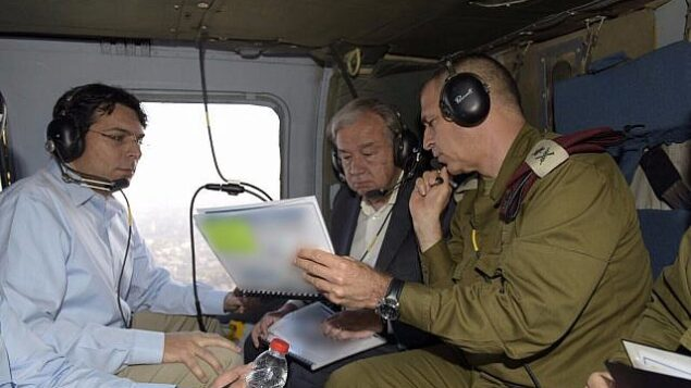 توضيحية: سفير إسرائيل لدى الأمم المتحدة داني دنون، يسار، مع الأمين العام للأمم المتحدة أنطونيو غوتيريش، وسط الصورة، ونائب رئيس هيئة أركان الجيش الإسرائيلي حينذاك أفيف كوخافي، في مروحية خلال مراجعة للوضع الأمني على الحدود الإسرائيلية مع قطاع غزة، 30 أغسطس، 2017. (Israel UN/Shlomi Amsalem)