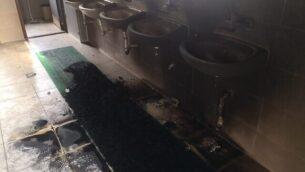 مغاسل متفحمة في مسجد تم إضرام النار فيه في مدينة البيرة الفلسطينية في 27 يوليو، 2020، فيما يُشتبه بأنها جريمة كراهية نفذها متطرفون يهود.  (Iyad Hadad/B'Tselem)