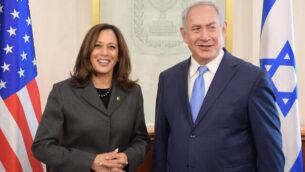السناتور كامالا هاريس، على يسار الصورة، في ضيافة رئيس الوزراء الإسرائيلي نتنياهو في مكتبه في القدس، نوفمبر 2017 (Amos Ben Gershom / GPO)
