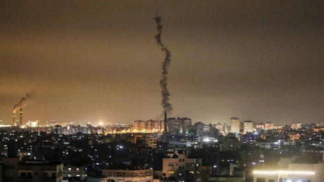 توضيحية: آثار صاروخ أطلقه الفلسطينيون في سماء غزة، 23 فبراير، 2020. (Mahmud Hams/AFP)