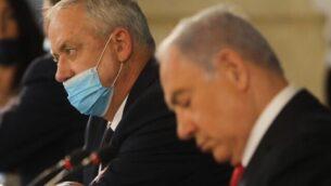 رئيس الوزراء بنيامين نتنياهو (يمين) ووزير الدفاع بيني غانتس في الجلسة الأسبوعية للحكومة في القدس، 7 يونيو، 2020. (Menahem Kahana / AFP)