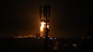 كرة نارية في أعقاب غارة جوية إسرائيلية على رفح في جنوب قطاع غزة، 3 أغسطس 2020. شنت طائرات حربية إسرائيلية غارات على منشآت تابعة لحماس في غزة بعد إطلاق صاروخ من القطاع الذي تسيطر عليه حماس باتجاه الدولة اليهودية اعترضه نظام القبة الحديدية، بحسب الجيش (SAID KHATIB / AFP)