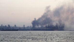 صورة مأخوذة من الطريق الساحلي في الضواحي الشمالية لبيروت تظهر دخان يتصاعد بعد انفجار في قلب العاصمة اللبنانية في 4 أغسطس، 2020. (JOSEPH EID / AFP)