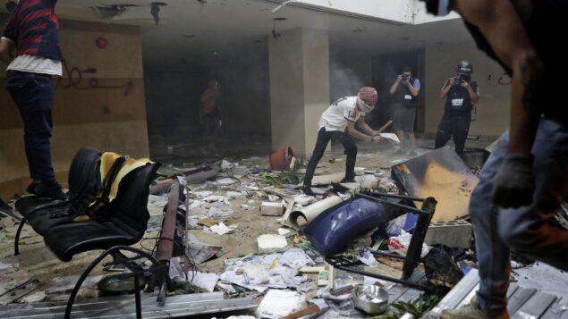 متظاهرون لبنانيون يدمرون داخل مقر جمعية مصارف لبنان وسط بيروت، 8 أغسطس 2020 (ANWAR AMRO / AFP)