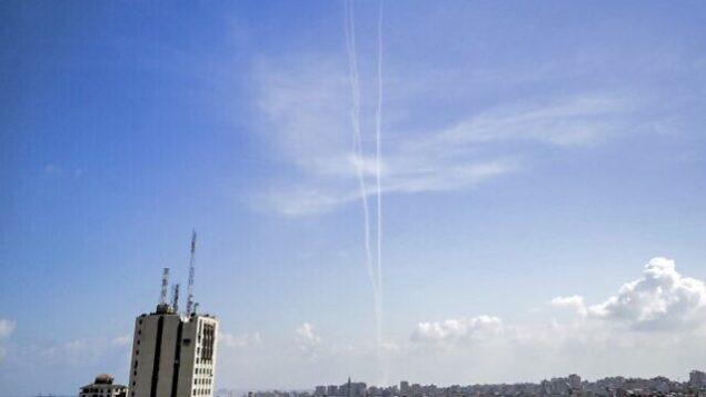 الصورة التقطت في مدينة غزة تظهر آثار الدخان من صواريخ اختبارية أطلقتها حركة حماس في اطار تدريبات عسكرية، 10 اغسطس 2020 (Mahmud Hams / AFP)