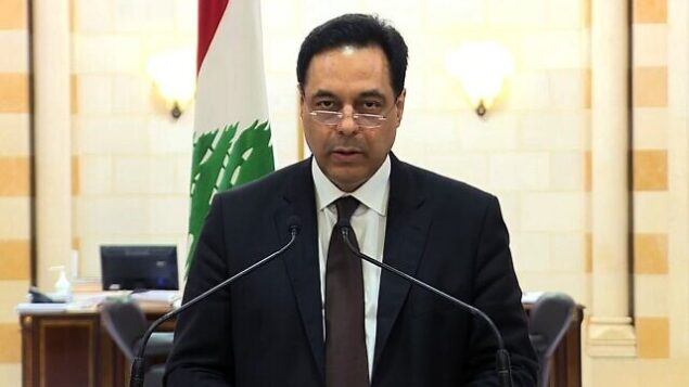 لقطة شاشة من شبكة تلفزيون لبنان العامة Tele Liban في 10 أغسطس 2020، تظهر رئيس الوزراء حسان دياب يعلن استقالة حكومته وسط غضب شعبي من الانفجار الدامي في مرفأ بيروت (Télé Liban / AFP)