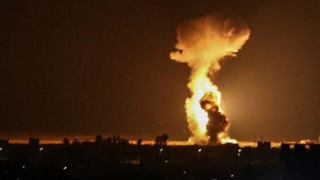 ألسنة اللهب تتصاعد بعد أن نفذت طائرات إسرائيلية غارات جوية بالقرب من مدينة رفح جنوب قطاع غزة، 12 أغسطس، 2020 (SAID KHATIB / AFP)
