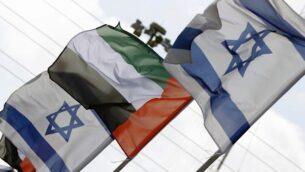 أعلام اسرائيل والامارات العربية المتحدة معلقة على طول طريق في مدينة نتانيا الساحلية، 16 اغسطس 2020. (JACK GUEZ / AFP)