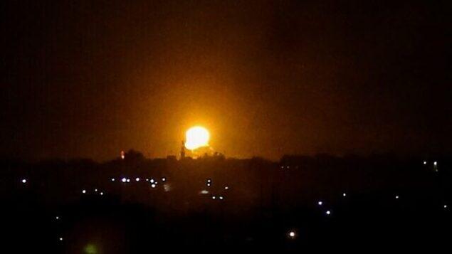 الدخان والنيران يتصاعدان على بعد بعد غارات جوية لطائرات حربية تابعة للجيش الإسرائيلي في مدينة خان يونس، قطاع غزة، 20 أغسطس، 2020. (SAID KHATIB / AFP)