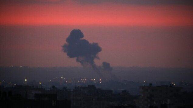 دخان يتصاعد عن بعد اثر غارات جوية لطائرات حربية إسرائيلية في مدينة خان يونس جنوب قطاع غزة في ساعة مبكرة من صباح  21 اغسطس، 2020. (SAID KHATIB / AFP)