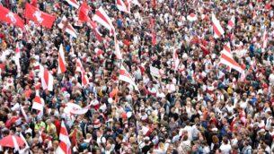 أنصار المعارضة يتجمعون للاحتجاج على نتائج الانتخابات الرئاسية المتنازع عليها في مينسك، 23 أغسطس 2020 (SERGEI GAPON / AFP)
