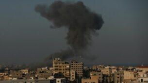 دخان يتصاعد على بعد بعد غارات جوية لطائرات اسرائيلية على أهداف تابعة لحركة حماس بالقرب من مدينة غزة، 28 أغسطس، 2020. (MAHMUD HAMS / AFP)