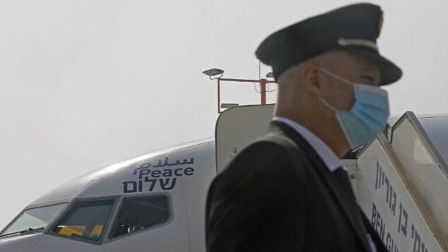كلمة 'سلام' مكتوبة باللغات العربية والإنجليزية والعبرية على طائرة تابعة لشركة 'إل عال'، قبل انطلاق أول رحلة تجارية على الإطلاق من إسرائيل إلى الإمارات العربية المتحدة في مطار بن غوريون بالقرب من تل أبيب والتي ستنقل وفدا أميركيا إسرائيليا إلى الإمارات بعد الإعلا عن اتفاق التطبيع، 31 أغسطس، 2020. (NIR ELIAS / POOL / AFP)