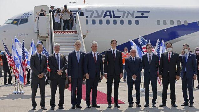 مستشار الرئيس الأمريكي جاريد كوشنر (وسط-يمين)، ومستشار الأمن القومي الأمريكي روبرت أوبراين (وسط يسار) يقفان مع أعضاء الوفد الإسرائيلي الأمريكي أمام طائرة رحلة إل عال LY971، التي ستقل الوفد من تل أبيب إلى أبو ظبي، في مطار بن غوريون بالقرب من تل ابيب، 31 اغسطس 2020. (Menahem Kahana / AFP)