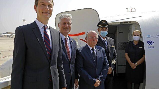 مستشار الرئيس الأمريكي جاريد كوشنر (إلى اليسار)، ومستشار الأمن القومي الأمريكي روبرت أوبراين (الثاني إلى اليسار)، ورئيس مجلس الأمن القومي الإسرائيلي مئير بن شبات (وسط)، في صورة مشتركة مع طاقم الطائرة قبل الصعود على متن الرحلة رقم LY971 ، التي ستنقل وفدا إسرائيليا أمريكيا من تل أبيب إلى أبوظبي، في مطار بن غوريون بالقرب من تل أبيب، 31 أغسطس، 2020. (Photo by NIR ELIAS / POOL / AFP)